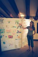 Mentxu Pérez-Llorca presentant una exposició de dibuixos al Casal Municipal de l'Hort de Cruells