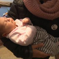 El grup l'Ebre i l'Ajuntament de Roquetes visiten el primer nadó ebrenc de l'any.