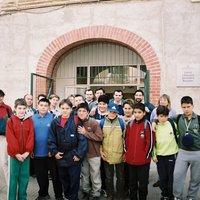 Alumnes i mestres de l'IES de Roquetes a l'entrada de l'Institut