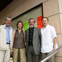L' Alcalde de Roquetes i els regidors d'ERC a l'entrada de l'Ajuntament.